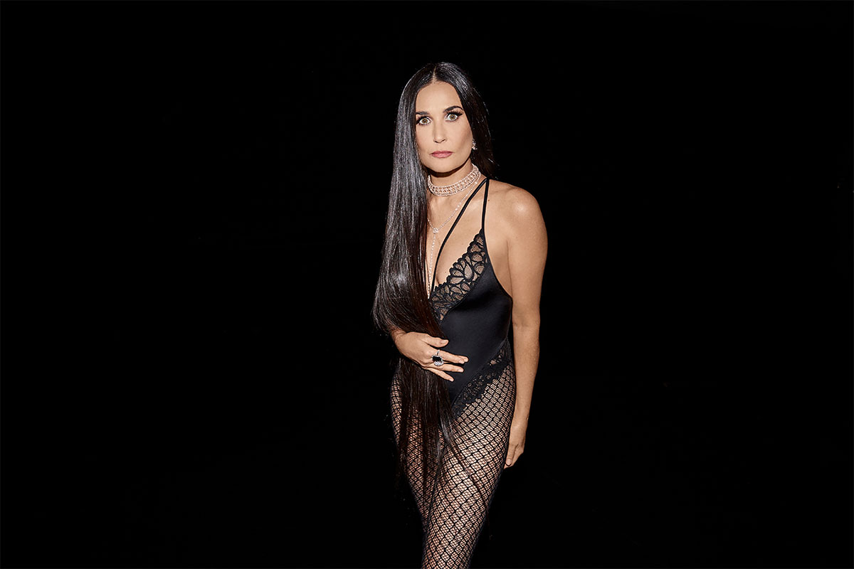 BLACK WIDOW DEMI MOORE in a black body of Rihanna's new collection